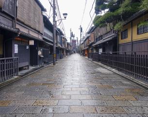 雨の京都、祇園新橋(重要伝統的建造物保存地区)界隈の写真素材 [FYI04849369]