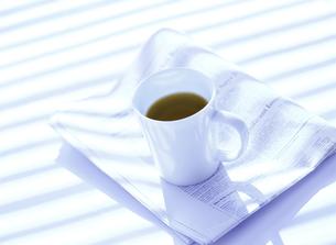コーヒーカップと新聞の写真素材 [FYI04849428]