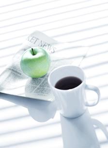 新聞とりんごとコーヒーの写真素材 [FYI04849430]