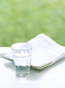 グラスと新聞の写真素材 [FYI04849431]