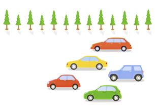 カラフルな5台の車と街路樹の写真素材 [FYI04849563]