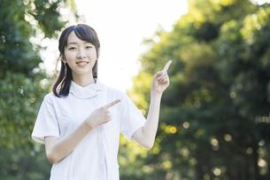 指差しポーズをする白衣の女性の写真素材 [FYI04849620]