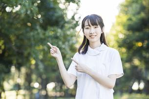 指差しポーズをする白衣の女性の写真素材 [FYI04849621]