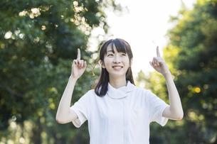 指差しポーズをする白衣の女性の写真素材 [FYI04849622]