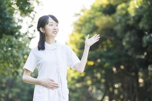 ポーズをする白衣の女性の写真素材 [FYI04849632]