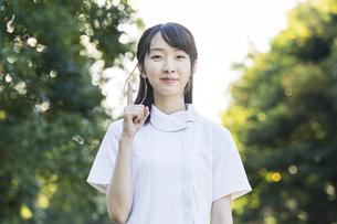 指差しポーズをする白衣の女性の写真素材 [FYI04849639]