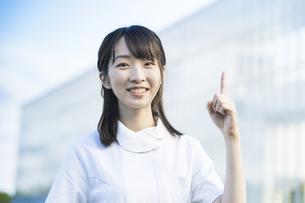 指差しポーズをする白衣の女性の写真素材 [FYI04849640]