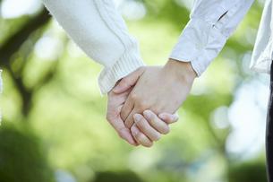 手を繋ぐカップルの手元の写真素材 [FYI04849949]