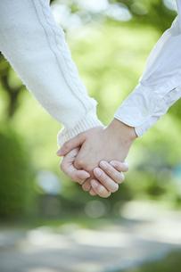手を繋ぐカップルの手元の写真素材 [FYI04849951]