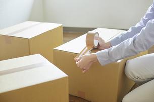 引っ越しをする若い単身女性の写真素材 [FYI04850163]
