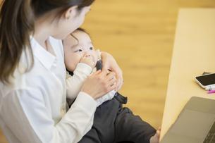 赤ちゃんを抱っこするお母さんの写真素材 [FYI04850186]