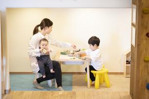 子供達と遊ぶ保育士の女性の写真素材 [FYI04850187]