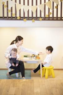 子供達と遊ぶ保育士の女性の写真素材 [FYI04850188]