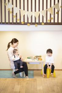 子供達と遊ぶ保育士の女性の写真素材 [FYI04850189]