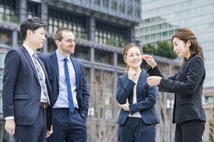 屋外で談笑するビジネスチームの写真素材 [FYI04850191]