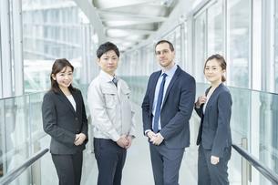 作業服姿とスーツ姿のビジネスチーム男女の写真素材 [FYI04850196]