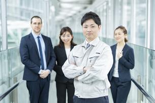 作業服姿とスーツ姿のビジネスチーム男女の写真素材 [FYI04850198]