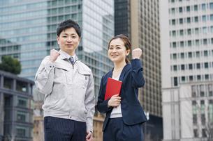 作業服姿とスーツ姿のビジネスチーム男女の写真素材 [FYI04850203]