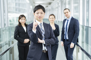 男性を中心としたビジネスチームの写真素材 [FYI04850205]