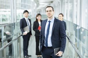 男性を中心としたビジネスチームの写真素材 [FYI04850208]