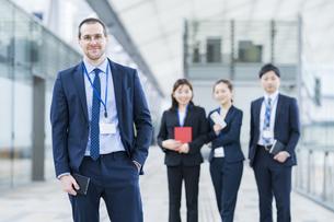 男性を中心としたビジネスチームの写真素材 [FYI04850209]