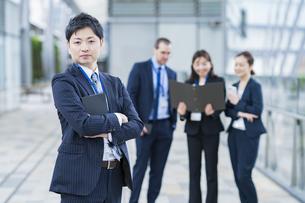 男性を中心としたビジネスチームの写真素材 [FYI04850210]