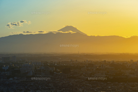 富士山と都市の夕景の写真素材 [FYI04850212]