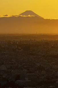 富士山と都市の夕景の写真素材 [FYI04850215]