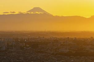 富士山と都市の夕景の写真素材 [FYI04850216]