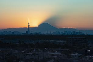 富士山と都市の夕景の写真素材 [FYI04850217]