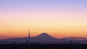 富士山と都市の夕景の写真素材 [FYI04850218]