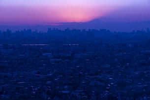 富士山と都市の夕景の写真素材 [FYI04850219]