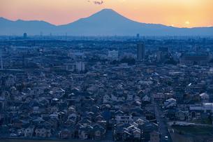 富士山と都市の夕景の写真素材 [FYI04850220]