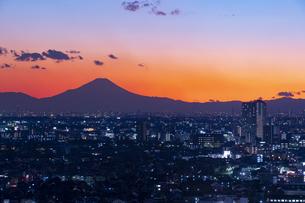 富士山と都市の夕景の写真素材 [FYI04850221]