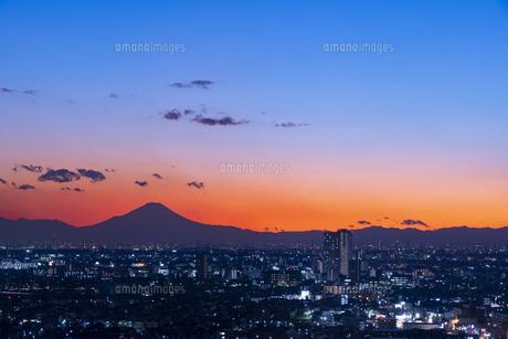 富士山と都市の夕景の写真素材 [FYI04850222]