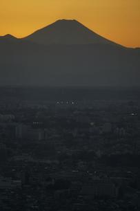 富士山と都市の夕景の写真素材 [FYI04850223]