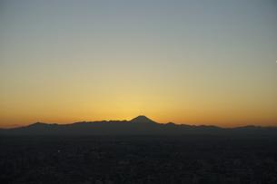 富士山と都市の夕景の写真素材 [FYI04850224]