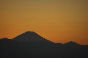富士山と都市の夕景の写真素材 [FYI04850225]
