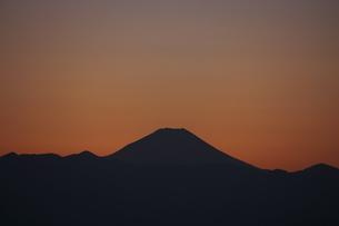 富士山と都市の夕景の写真素材 [FYI04850226]