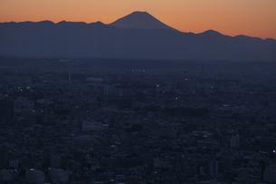 富士山と都市の夕景の写真素材 [FYI04850227]