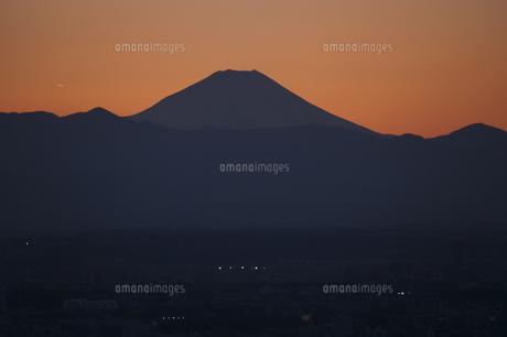 富士山と都市の夕景の写真素材 [FYI04850228]