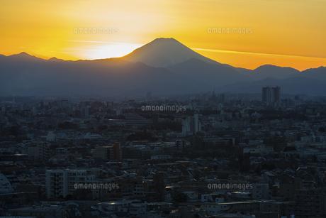 富士山と都市の夕景の写真素材 [FYI04850229]