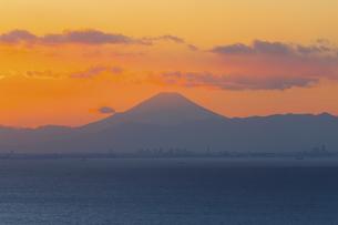 富士山と都市の夕景の写真素材 [FYI04850230]