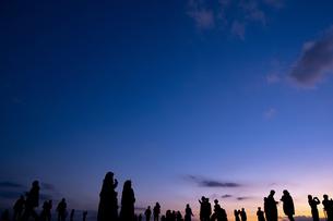 夕方・人々のシルエットの写真素材 [FYI04850233]