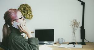 部屋で仕事をする女性の写真素材 [FYI04850342]