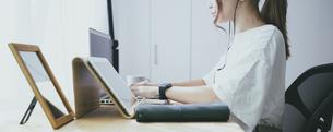 部屋で仕事をする女性の写真素材 [FYI04850343]