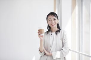スーツを着た笑顔の女性の写真素材 [FYI04850597]