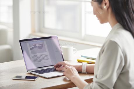 ノートパソコンを開き仕事をする女性の写真素材 [FYI04850602]