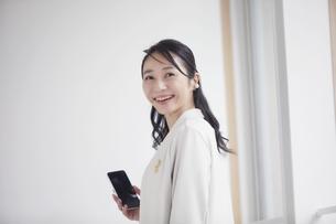 スーツを着た笑顔の女性の写真素材 [FYI04850612]