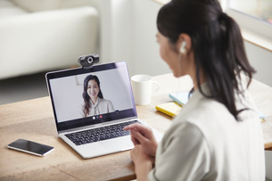 ノートパソコンを開き仕事をする女性の写真素材 [FYI04850623]